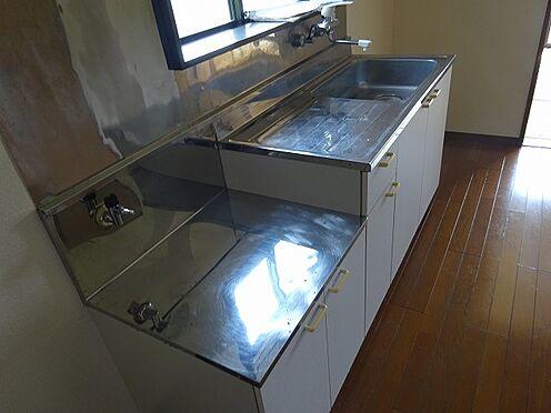 アパート-宇都宮市山本3丁目 202D(1DK)のキッチン。東窓部屋なので出窓があります。