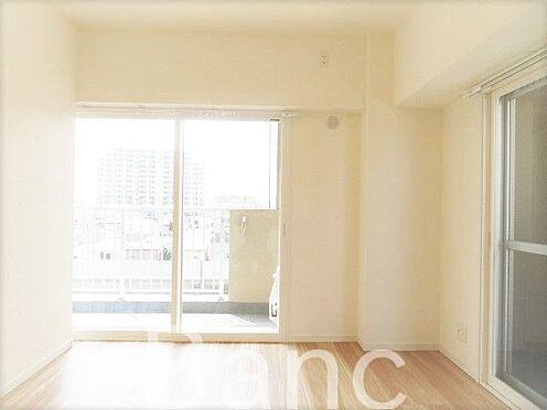 中古マンション-葛飾区東新小岩3丁目 バルコニーに繋がる明るく綺麗なお部屋です。