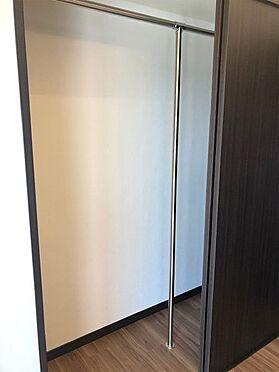 中古マンション-伊東市荻 【クローゼット】扉を引戸に変更し中にポールをつけました。