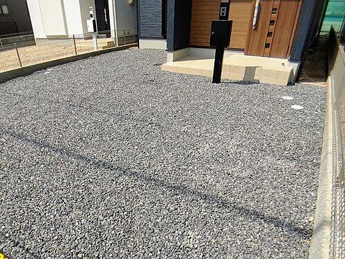 新築一戸建て-福岡市城南区樋井川4丁目 完成時の駐車場は砕石仕上げとなっておりますが無料でコンクリート打ちをさせて頂きます。
