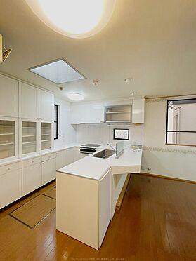 戸建賃貸-浦安市舞浜3丁目 白を基調とした、高級感と清潔感のあるカウンターキッチン。