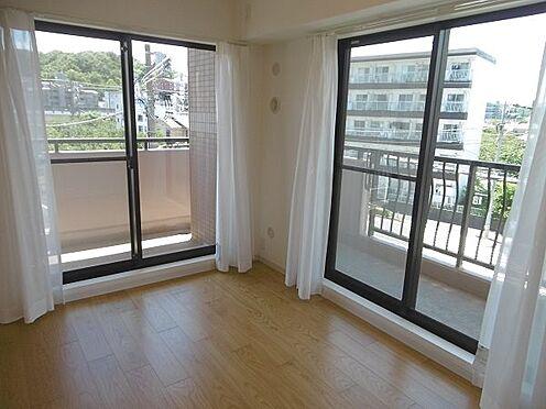 中古マンション-多摩市永山1丁目 二面採光で明るい6帖洋室です。