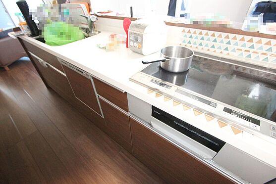 中古一戸建て-大和高田市三和町 お子様やお年寄りでも安心なIHクッキングヒーターを設置。並んで調理ができる大型のシステムキッチンです。