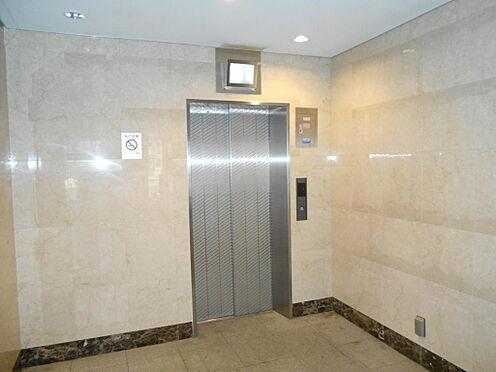 マンション(建物一部)-志木市本町5丁目 エレベータの様子。上部に防犯用モニターがあります。