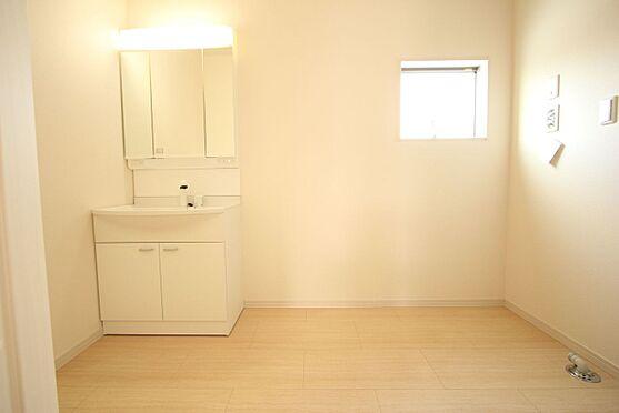 戸建賃貸-北葛城郡広陵町大字南郷 約3帖の洗面スペース。朝の身支度もスムーズに行えます。暮らしを快適に変えるシャワー付洗面台です。(同仕様)