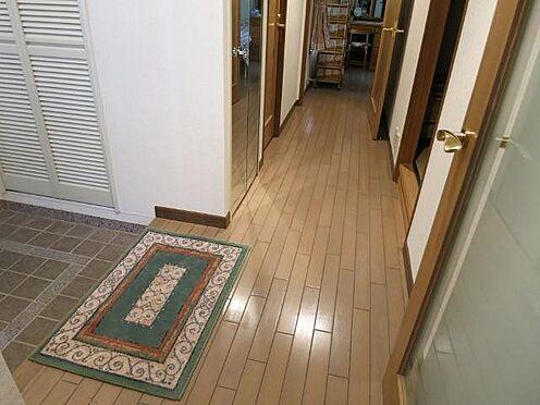 中古マンション-田方郡函南町平井 玄関:玄関には下駄箱、廊下にはクローゼットがございます。定住にも対応できる収納力です。