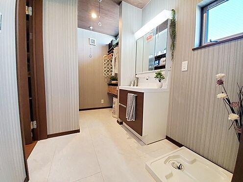 新築一戸建て-八王子市堀之内2丁目 洗面室は広さと機能性が魅力!窓付で明るいです!