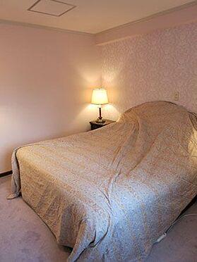 中古マンション-北佐久郡軽井沢町大字長倉 玄関入ってすぐの洋室。部屋数もたくさんあり、お客様をたくさん呼べます。