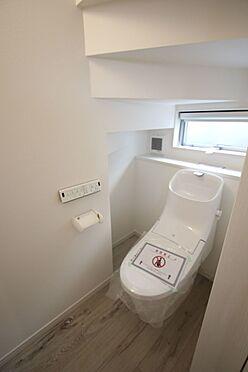 新築一戸建て-橿原市菖蒲町2丁目 2か所のトイレは朝の混雑緩和に活躍します。1・2階共に温水洗浄便座を完備。タンクレスでお掃除楽々です。