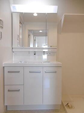 中古マンション-多摩市永山1丁目 三面鏡裏収納付きの洗面化粧台。
