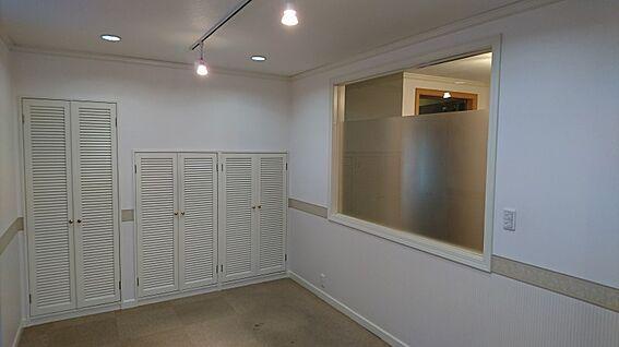 店舗・事務所・その他-平塚市諏訪町 洋室5.2帖です。収納豊富なクローゼットがあります。