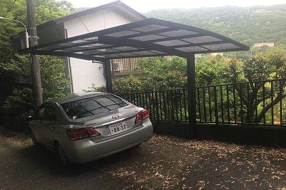中古一戸建て-熱海市伊豆山 それでは戸建のご紹介です。幅員約3mの通路側に設けられた駐車場には1台駐車可能です。