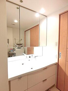 中古マンション-八王子市松木 朝のセットに便利な三面鏡付洗面台です。
