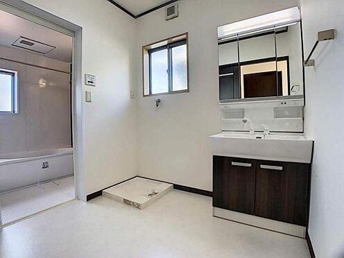 中古一戸建て-岡崎市舳越町字東沖 清潔感のある洗面所です。窓もついていて換気もばっちりしていただけます。