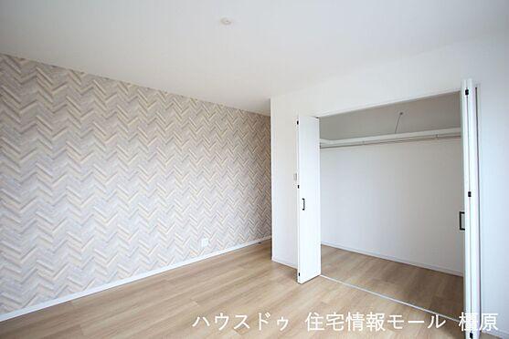 戸建賃貸-橿原市膳夫町 2階洋室には全てクローゼットがございます。沢山の衣類や小物もすっきり整理できますね。