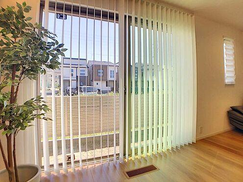 戸建賃貸-名古屋市中村区岩塚町 リビング南側窓にはプリーツスクリーンを施工しており暖かな光が入ってきます