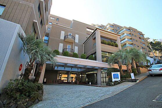 リゾートマンション-熱海市咲見町 エントランス:駐車場入口と住戸入口が併設されています。お車でお越しの際はフロント迄お声がけください。