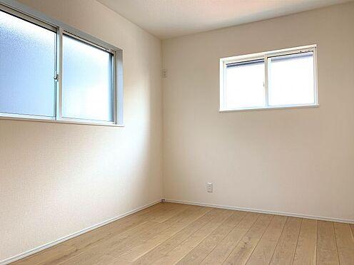 新築一戸建て-西尾市伊藤2丁目 2階洋室は6帖以上、収納完備でお部屋を広く使用できます。