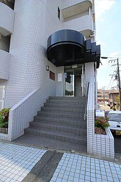 中古マンション-横須賀市久里浜5丁目 エントランスは道路より一段上がったところ