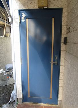 アパート-草加市八幡町 爽やかな色合いの玄関ドア