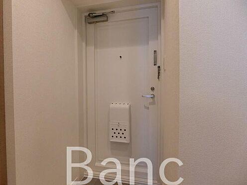 中古マンション-墨田区立川2丁目 玄関照明は人感センサー付き照明で暗い時でも自動で点灯、夜暗い中スイッチを手探りで探さなくても大丈夫ですね