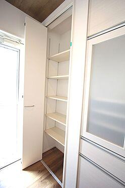 新築一戸建て-磯城郡田原本町大字阪手 キッチンに大型のカップボードとパントリーがございます。これだけの容量があれば買い置きの食品等で散らかる心配はありません!