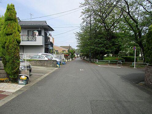 アパート-町田市鶴川5丁目 前面道路は幅員約6m。