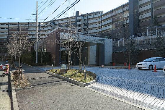 中古マンション-川崎市麻生区はるひ野1丁目 サブエントランス付近(駐車場側)