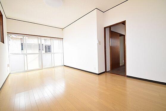 建物全部その他-八王子市絹ケ丘3丁目 バルコニーから柔らかい日差しがたっぷり注ぐ2階洋室、リフォーム済でまるで新築のような感覚で過ごせます。