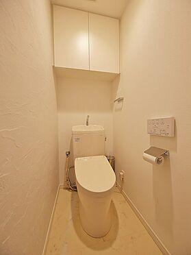 中古マンション-品川区荏原3丁目 【Rest room】掃除用具やトイレットペーパーのストック収納に便利な上部収納を採用しています。