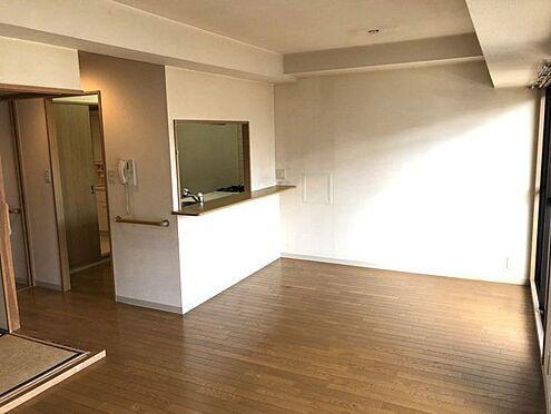 中古マンション-桜井市大字谷 リビングの様子を見守りながらお料理をお楽しみ頂けるカウンターキッチン。ダイニングテーブルを置いてもゆとりある広さがございます。
