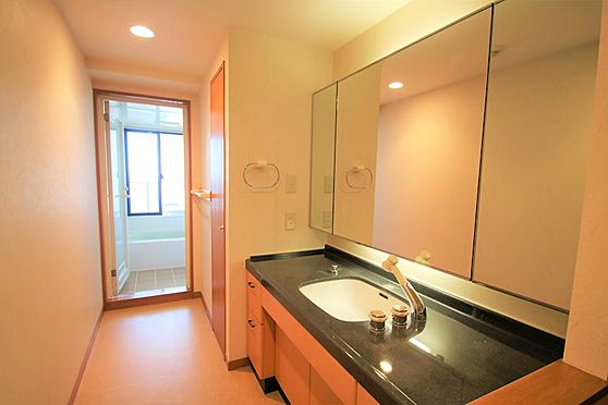リゾートマンション-熱海市咲見町 洗面所:2名で使用しても十分なスペースです。ダブルボウルにも交換可能です。