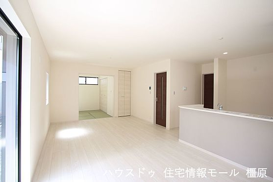 戸建賃貸-磯城郡田原本町大字阪手 和室と合わせて22.5帖の大きな空間。お客様が大勢いらしてもゆったりおくつろぎ頂けます。