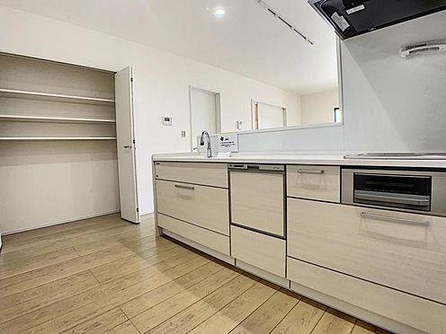 新築一戸建て-豊田市畝部東町川田 タッチレス水栓、人造大理石一体型シンク採用でより快適なキッチン。家事の時短に欠かせない食洗機付き。