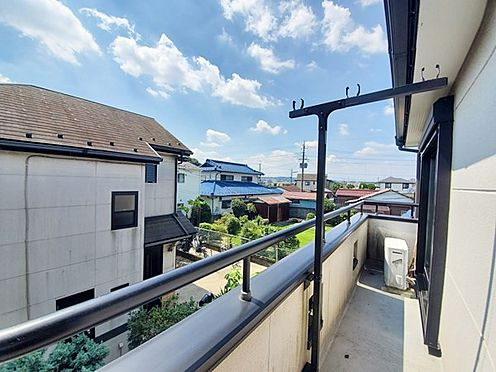 中古一戸建て-日野市大字川辺堀之内 戸建てですが近隣が低層住宅が立ち並びバルコニーからの見晴らしも良好です。