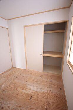 新築一戸建て-大和高田市南今里町 押入れのある和室は寝室や客間として便利にご利用頂けます。