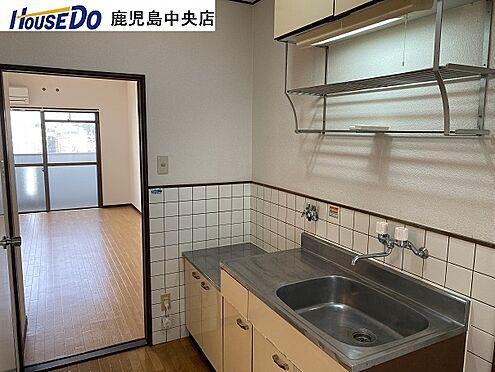 マンション(建物一部)-鹿児島市甲突町 キッチンと上部に棚があります。