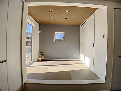 新築一戸建て-西尾市住崎2丁目 リビング隣の和室は趣ある安らぎ空間。客間としても寛ぎの空間としても重宝します。