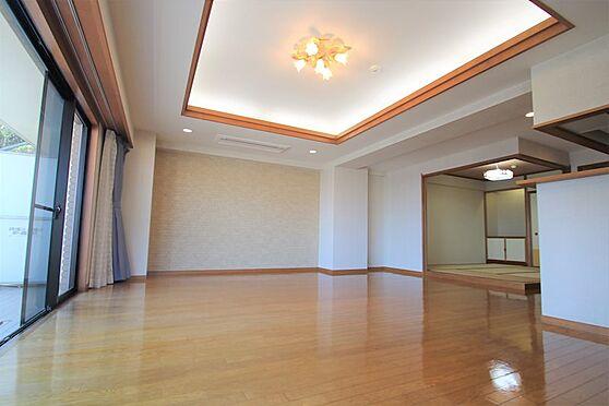 リゾートマンション-熱海市咲見町 リビング(1):リビングに来ました。23.5帖の大空間。天井も高く開放感があります。
