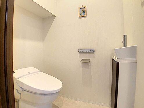 区分マンション-名古屋市東区白壁4丁目 トイレには手洗いスペース!下には収納棚もあります。