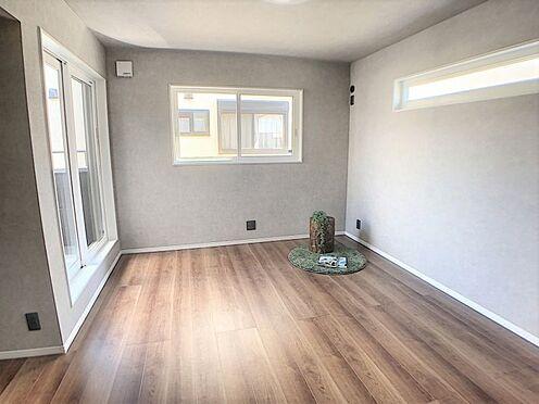 戸建賃貸-西尾市吉良町木田祐言 ナチュラルな木目調の床から木の温もりを感じられる広々とした洋室。