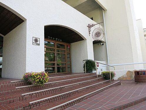 リゾートマンション-熱海市伊豆山 外壁の白とレンガ色の床面が老舗の風格をより一層高くしてます。