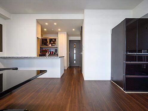 中古マンション-品川区東品川4丁目 【Living room】キッチンと洗面所の水回りを集約し、お掃除がしやすい動線を叶えています。