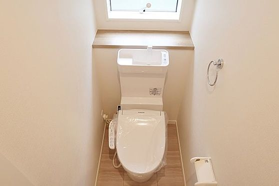 戸建賃貸-多摩市聖ヶ丘3丁目 1階のトイレ、窓付きです。