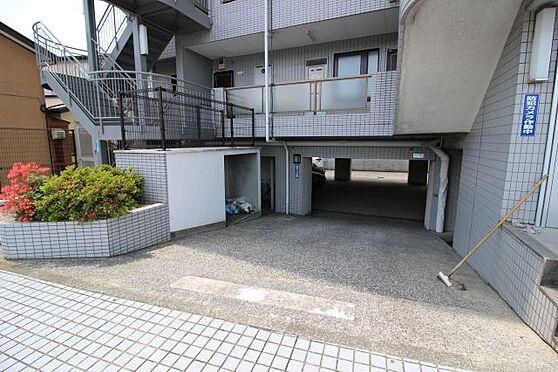 中古マンション-横須賀市久里浜5丁目 建物の下、1階部分が駐車場になっています