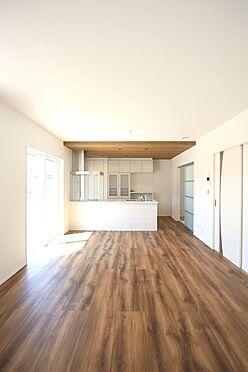 新築一戸建て-磯城郡田原本町大字阪手 17.7帖のLDKは南向きの明るい室内。ポカポカと暖かいリビングでおくつろぎ下さい