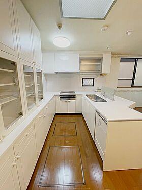 戸建賃貸-浦安市舞浜3丁目 IHコンロと豊富な背面収納も完備。スッキリとした空間を保てます。
