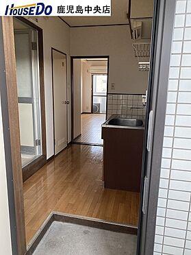 マンション(建物一部)-鹿児島市甲突町 玄関ドアを開けたらすぐキッチンです。