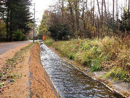 土地-北佐久郡軽井沢町大字長倉 別荘地周辺に流れる用水です。お休みの時はゆっくり散歩も良さそうです。