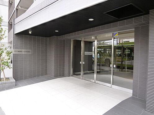 マンション(建物全部)-川口市芝新町 エントランスに庇があるので、雨の日も便利です。